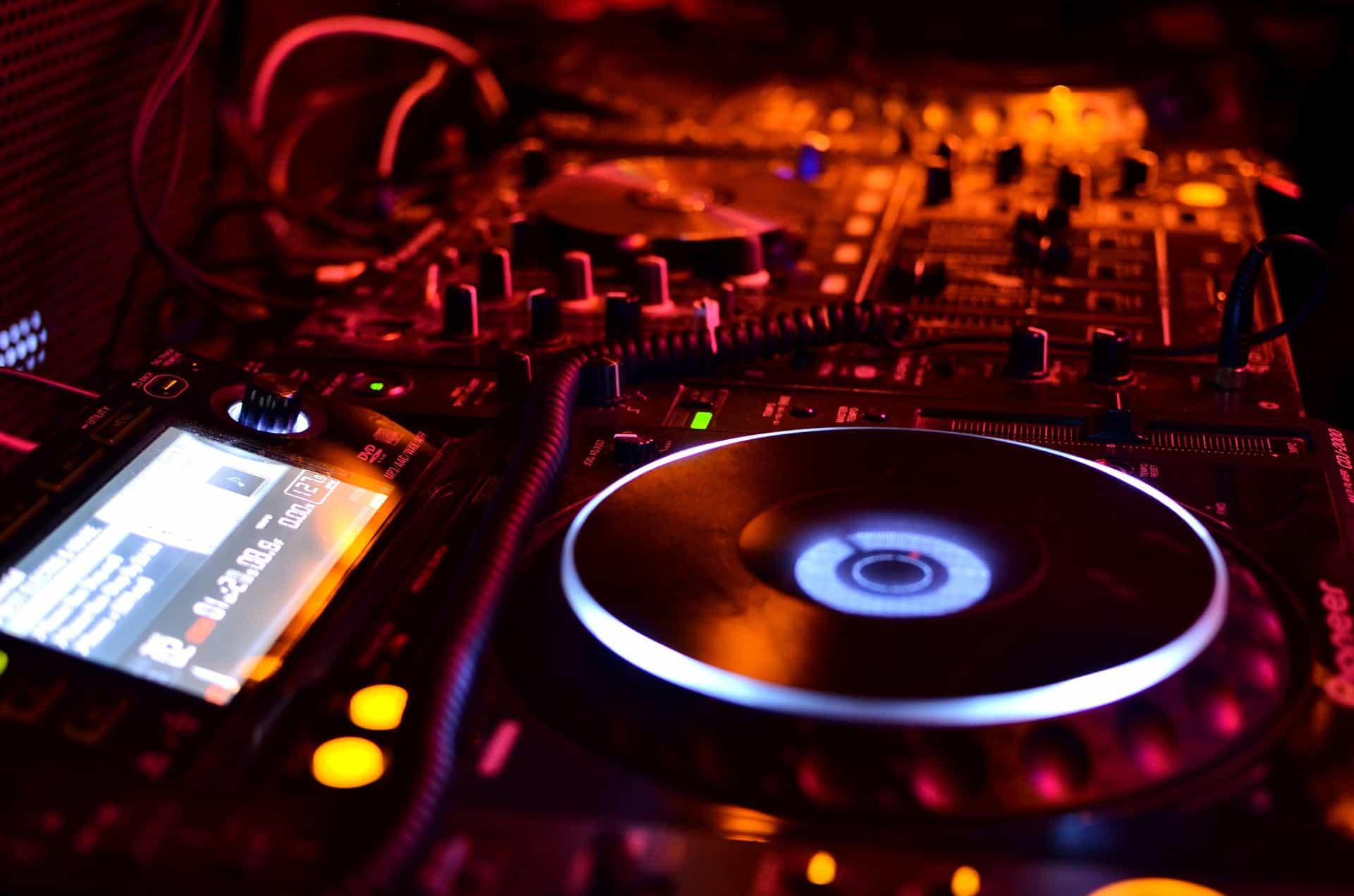 DJ Equipment Mixign